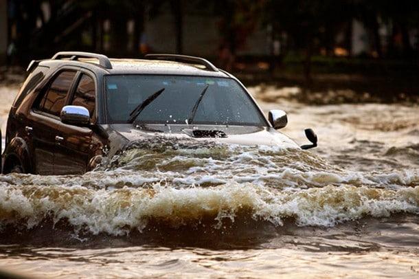 ข้อแนะนำในการขับรถฝ่าน้ำท่วมอย่างไรให้ปลอดภัย
